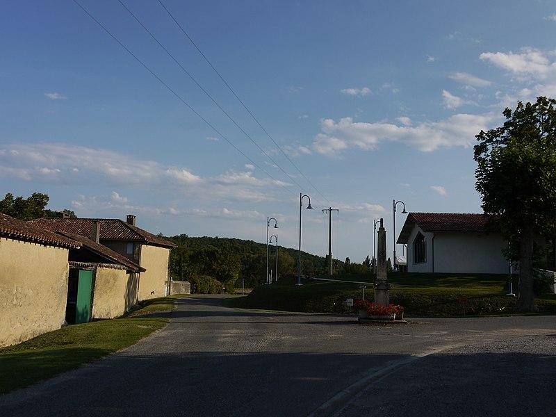 Le centre du village, au carrefour de la route D283 à Betcave.