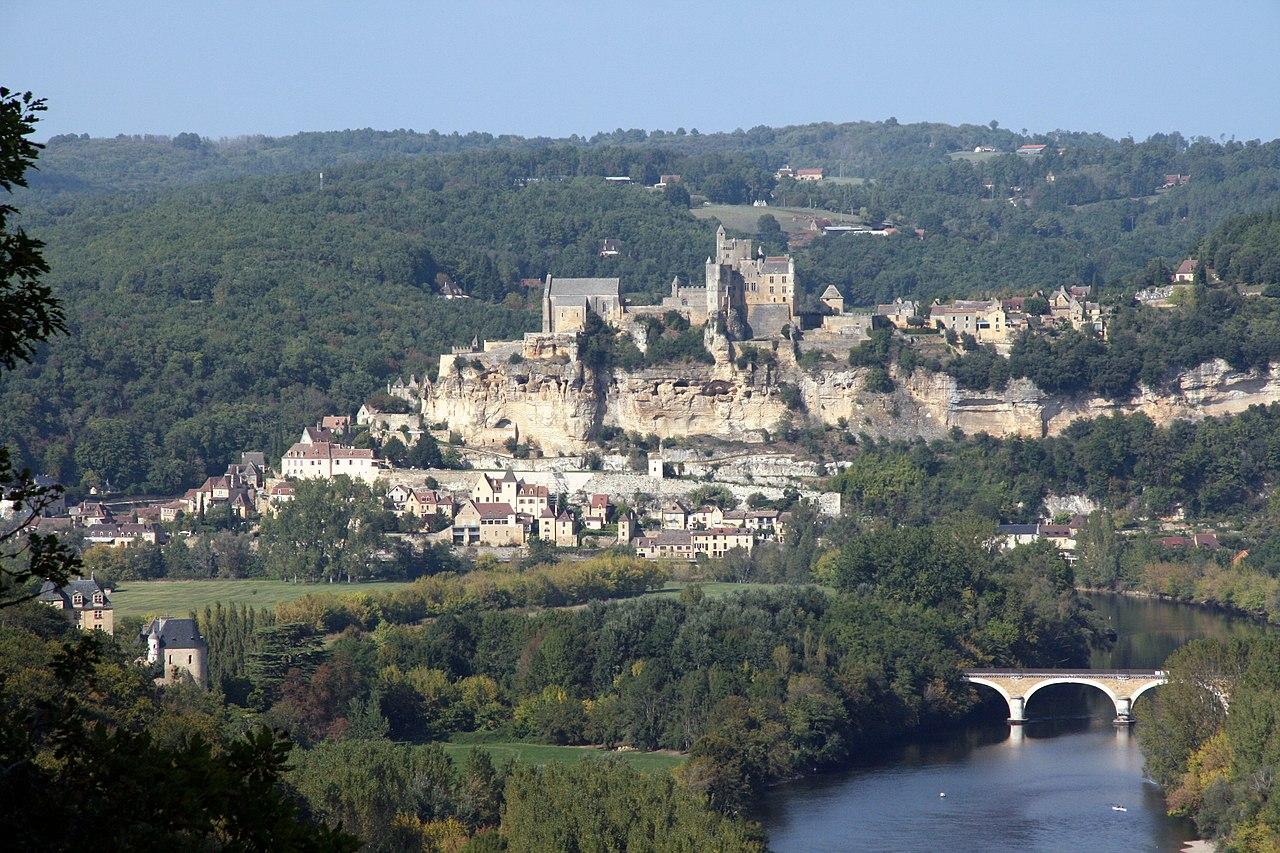 Le château de Beynac, surplombant le village.