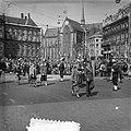 Bezoek Deense Koninklijke familie aan Amsterdam, passeren Damrak, Bestanddeelnr 906-4209.jpg