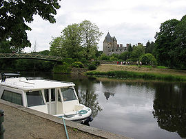 Banks of the canal de Nantes à Brest and the Château de Blain.