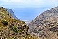 Blick auf den Ozean zwischen Felsen im Tal Valle Gran Rey auf La Gomera, Spanien (48293819092).jpg
