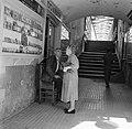 Blinde lotenverkoper in gesprek met een vrouw in een voetgangerstunnel aan de ri, Bestanddeelnr 254-0815.jpg