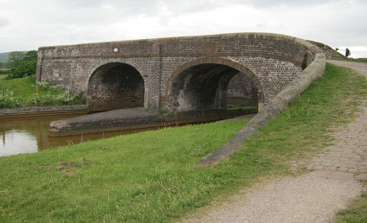 Bridge 137, Trent & Mersey Canal, Church Lawton.jpg