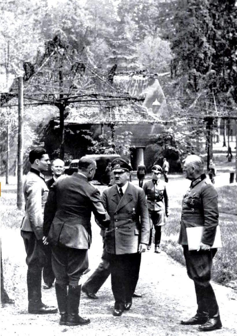 Bundesarchiv Bild 146-1984-079-02, F%C3%BChrerhauptquartier, Stauffenberg, Hitler, Keitel
