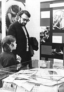 Bundesarchiv Bild 183-G0320-0029-001, Berlin, Vietnam-Ausstellung, Besuch Kieling.jpg