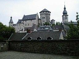 Burg_und_St._Lucia_in_Stolberg_(Rhld.). Bei dem kleinen Turm zwischen Bergfried und kirchturm handelt es sich um einen Dansker (ein Toilettenturm).