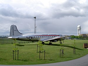 C-54 Skymaster (Rosinenbomber) USAF 5557 at Flughafen Tempelhof pic2.JPG
