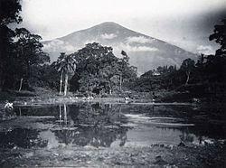COLLECTIE TROPENMUSEUM Gezicht op een meer en de vulkaan Cereme oftewel Ciremai TMnr 60005195.jpg