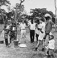 COLLECTIE TROPENMUSEUM Toeschouwers bij het stampen van mais op de Chafakuma cooperatie TMnr 20014779.jpg