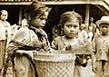 COLLECTIE TROPENMUSEUM Twee meisjes in Salatiga waar op Koninginnedag een feestmaaltijd aan de bevolking wordt verstrekt TMnr 60054044.jpg