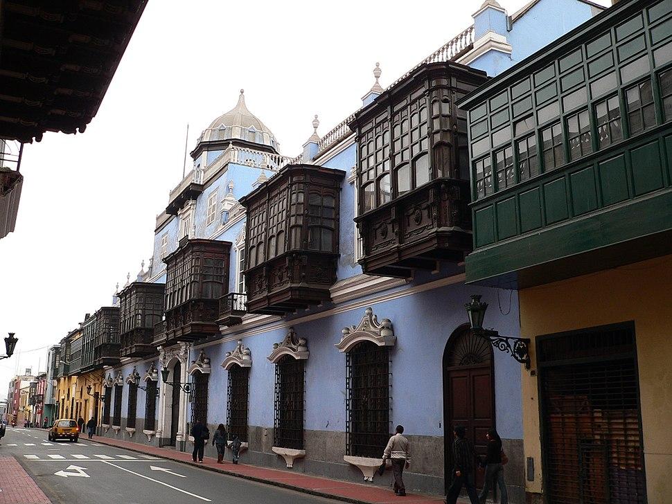 المركز التاريخي ليما؛ يظهر التأثير المعماري الإسباني.