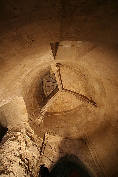 Файл:Castel del Monte staircase in tower.jpg