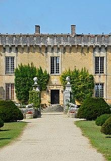 Cherves-Richemond 16 Château Chesnle Entrée principale 2014.jpg