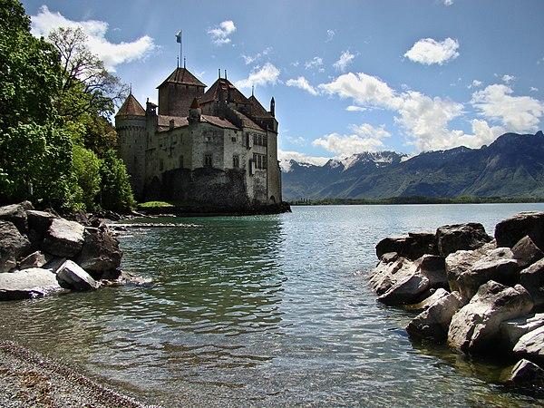 Chillon Castle view from Lake Geneva shore 2.jpg