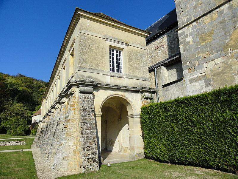Vue de l'est du cloître de l'ancienne abbaye.