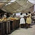 Collectie Nationaal Museum van Wereldculturen TM-20029828 Marktkraam op de drijvende markt, waar vruchten verkocht worden Willemstad Boy Lawson (Fotograaf).jpg