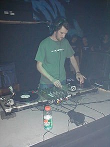 DJ Dara hrající na rave party ve Springfieldu, Massachusetts