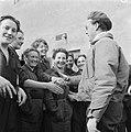 De prins schudt handen in Kamp Westerbork, Bestanddeelnr 900-2553.jpg