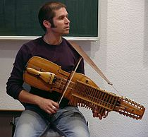 Didier François teaching his special nyckelharpa-technique.jpg