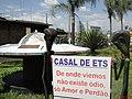 Disco voador na Praça da Saudade em Jardinópolis. Casal de ETs com uma mensagem para os terrestres - panoramio.jpg