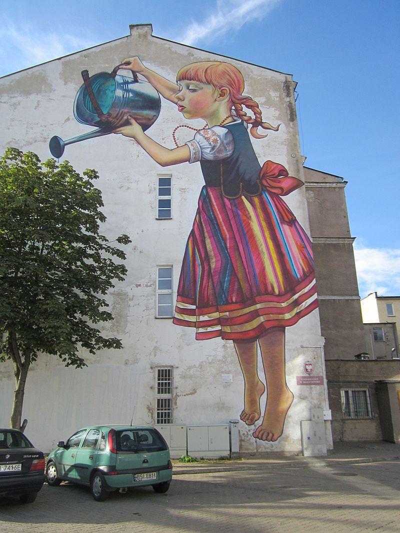 Dziewczynka z konewką mural w Białymstoku 1.jpg