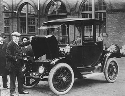 Edison and a 1914 Detroit Electric model 47 (courtesy of the National Museum of American History) EdisonElectricCar1913.jpg