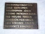 Ein Ort des Gedenkens an die Heilige Edith Stein. Gestaltet von Peter Marggraf. Die Schriftplatte aus Bronze, eingelassen in einen Marmorblock.jpg