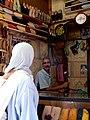 El vendedor de babuchas, en La Medina, Fez. - panoramio.jpg