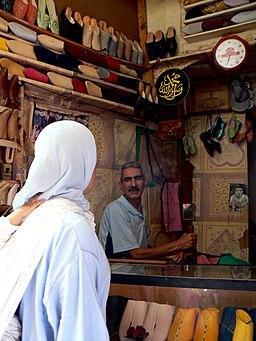 El vendedor de babuchas, en La Medina, Fez. - panoramio