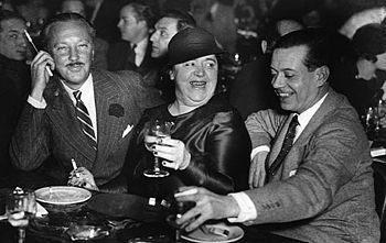 English: Elsa Maxwell (centre), with William R...