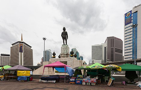 Estatua de Rama VI, Parque Lumphini, Bangkok, Tailandia, 2013-08-22, DD 03.jpg