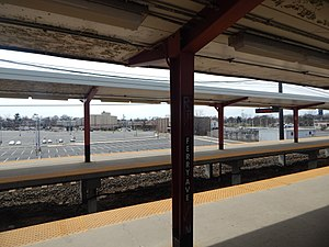 Ferry Avenue station split platforms, April 2015.jpg