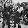 Figuranten in de film. Een gewonde Britse militair geeft een Duitser te drinken , Bestanddeelnr 900-6666.jpg