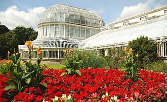 Botanic Gardens (Belfast) - Palm House and flower bed