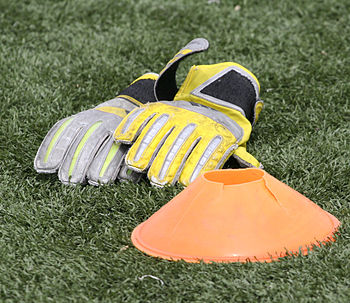 English: Football/Soccer Keeper Gloves and Fie...