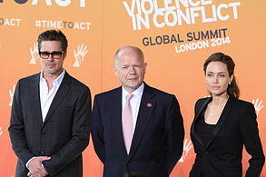 Angelina Jolie con il marito Brad Pitt e il segretario inglese William Hague nel 2014