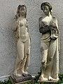 Frauen Skulpturen beim Bezirksgericht-Parkplatz in Arlesheim.jpg
