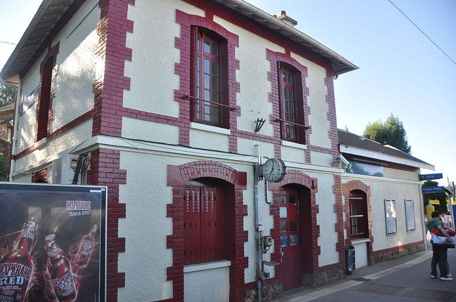 Vue en gros plan du bâtiment voyageur de la gare de Maurecourt, depuis la ligne de Paris-Saint-Lazare à Mantes-Station par Conflans-Sainte-Honorine, vers Paris.