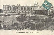 the chteau is at the centre of the town of saint germain en laye close by its rer a railway station