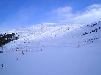 English: Ski slopes in Grau Roig (GrandValira) Vente appartement SUPER VALIRA Pas de la Case ANDORRE Studio maxi cabine de 44 5 m 2 pour 4 5 personnes situé dans un immeuble au pied de la piste du Snow Park versant sud, 5ème étage avec ascenseur Exposition plein sud et vue splendide sur le domaine GrandValira