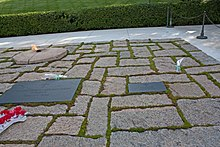 220px-Graves_of_Jackie_Kennedy_and_daughter_in_Arlington_National_Cemetery dans B) Social