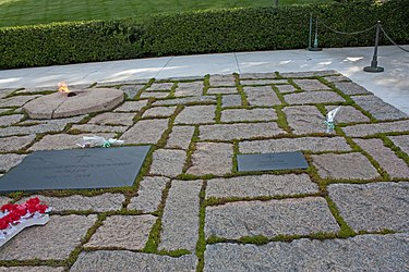 Graves of Jackie Kennedy and daughter in Arlington National Cemetery.jpg
