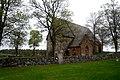 Håtuna kyrka med runstenen U 655 i förgrunden vid muren (02).jpg