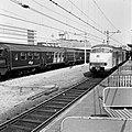 HUA-167711-Afbeelding van een electrisch treinstel plan V (mat. 1964) van de N.S. langs een perron van het N.S.-station Utrecht C.S. te Utrecht, met rechts een rijtuig plan W.jpg