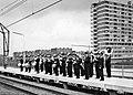 HUA-171881-Afbeelding van het N.S.-harmonieorkest tijdens de opening van het nieuwe N.S.-station Vlaardingen West te Vlaardingen.jpg
