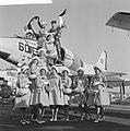 Haarlemse bloemenmeisjes op bezoek bij Amerikaanse Vlootbezoek, Bestanddeelnr 913-6522.jpg
