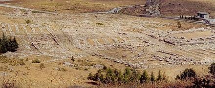 Hattuşaş kentinin yerinde günümüzde yalnızca kentteki binâların alt kısımlarını oluşturan taşlar, potern denilen kaçış tüneli, arslanlı kapı ve renkli bir sunak taşı bulunmaktadır.Resimde görülen taşlar arkeologlarca bulunup yerlerine oturtulmuş ve böylece kentin plânı ortaya çıkarılmıştır.