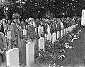 Herdenking Oosterbeek kinderen leggen bloemen, Bestanddeelnr 905-9612.jpg