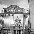 Het hek dat toegang geeft naar de binnenplaats van het Trinity College, Bestanddeelnr 191-0849.jpg