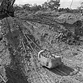 Het uitgraven van bauxieterts op het terrein van de Billitonmaatschappij bij Par, Bestanddeelnr 252-6533.jpg